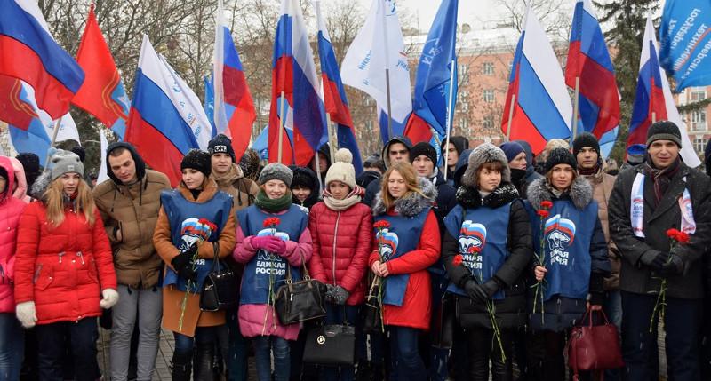К чествованиям героев Тамбовщины присоединились и студенты Тамбовского государственного технического университета, пришедшие на митинг с флагами и цветами.